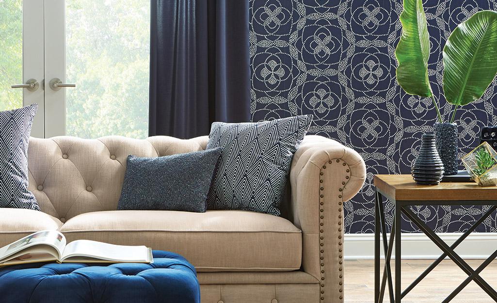 Giấy dán tường hoa văn màu xanh nổi bật tạo nên sự nổi bật trong phòng khách.