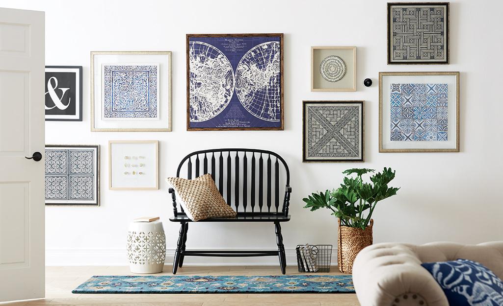 Một bức tường trưng bày nghệ thuật kết hợp màu xanh lam.