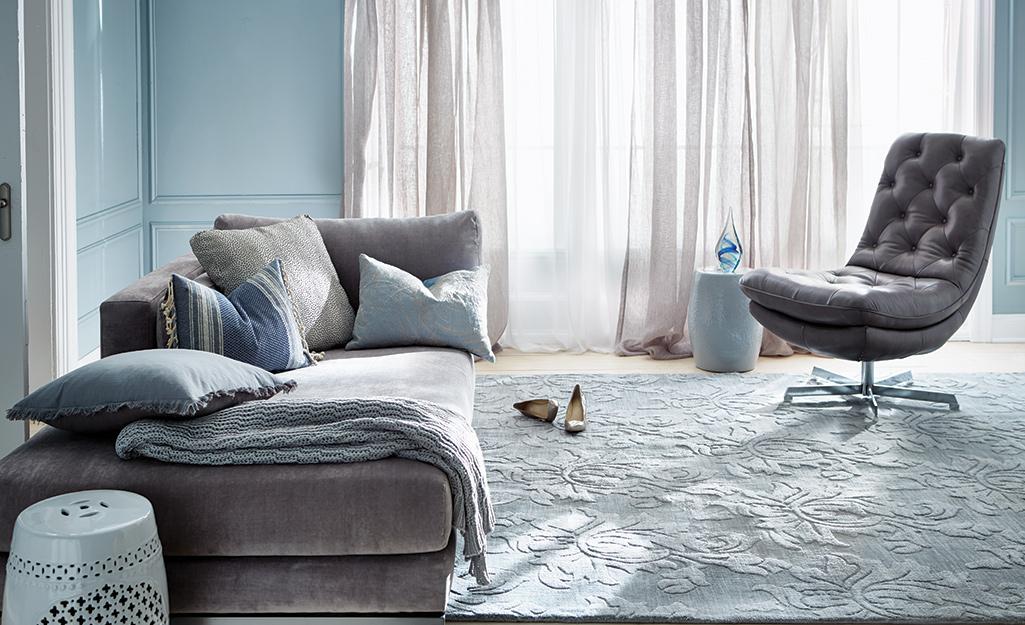 Phòng khách màu xanh xám nhẹ nhàng.