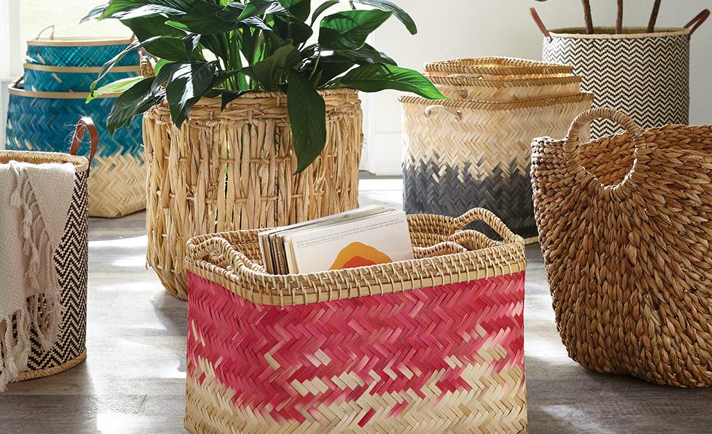 Rơm rạ đủ loại và giỏ đan đầy màu sắc được sử dụng để trang trí phòng theo phong cách boho.