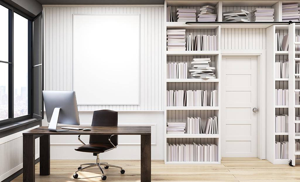 Tủ sách tích hợp đóng khung cửa ra vào trong văn phòng tại nhà.