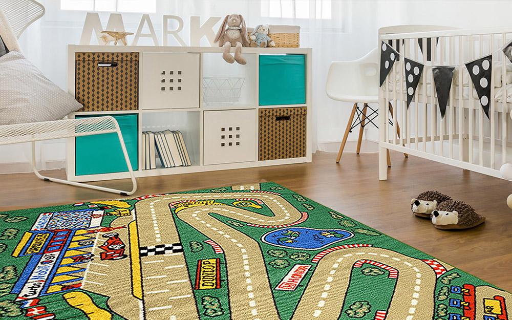 Nhà trẻ của một cậu bé da trắng với những sở thích để lưu trữ và một tấm thảm khu vực theo chủ đề đường đua.