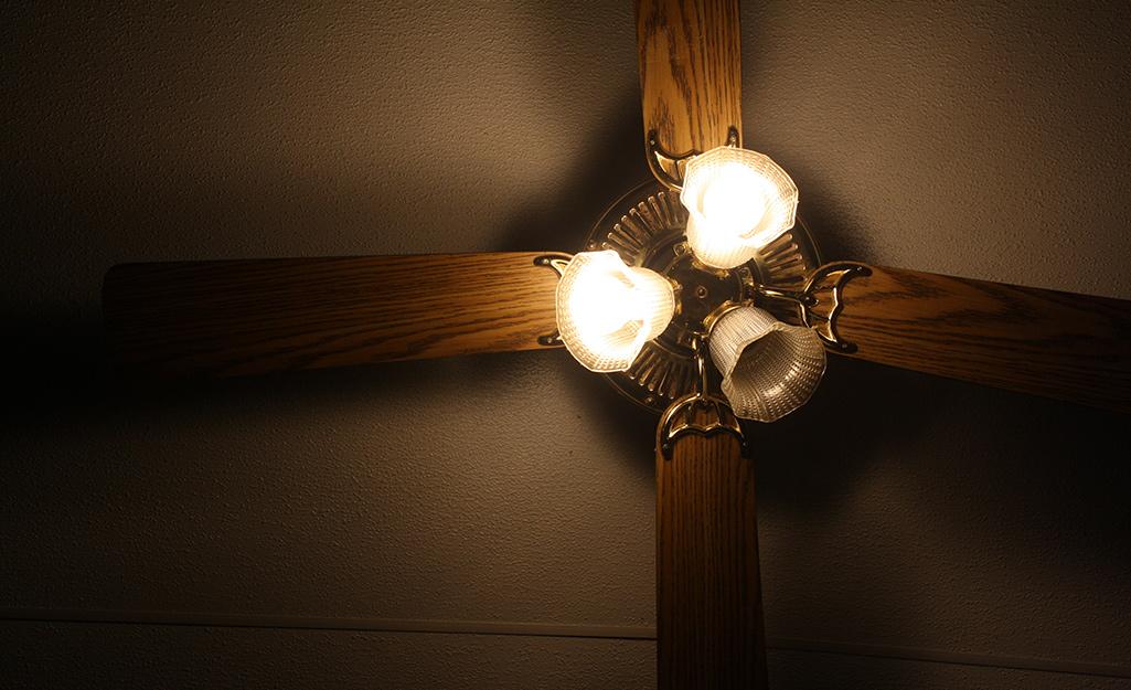 Quạt trần một đèn không hoạt động.