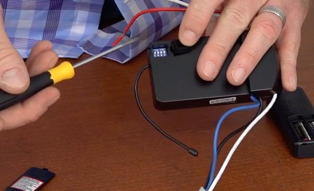 Một người điều chỉnh tần số trên máy thu của quạt trần.