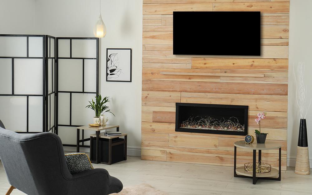 Phòng khách với màn hình gấp và nơi đốt lửa.