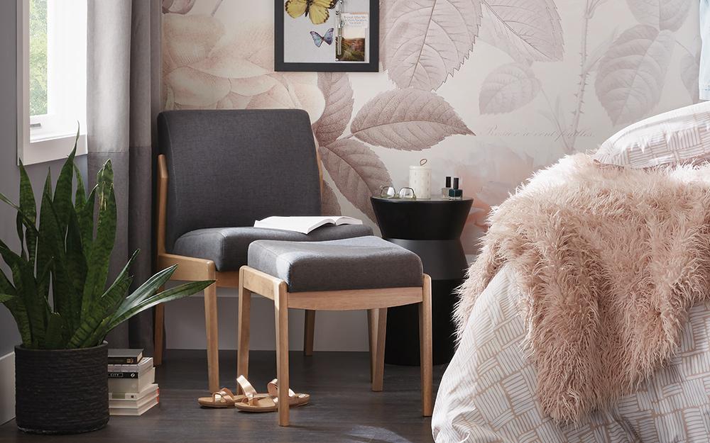 Một chiếc ghế màu xám ở một góc.