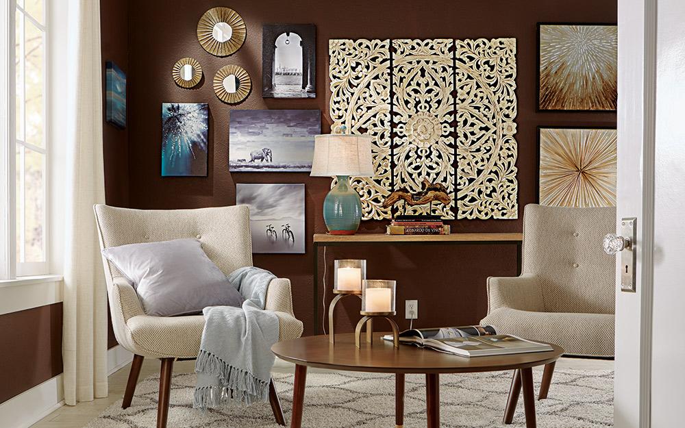 Một bức tường trưng bày nghệ thuật ở một góc.