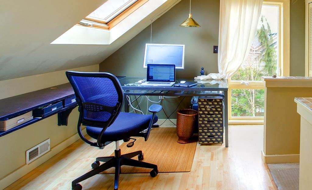 Một văn phòng tại nhà ngồi dưới mái hiên của một căn gác xéo.