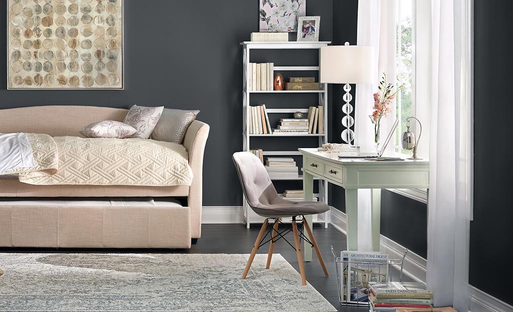 Phòng làm việc nhỏ tại nhà được tạo ra trong phòng ngủ dành cho khách với giường sofa kéo.