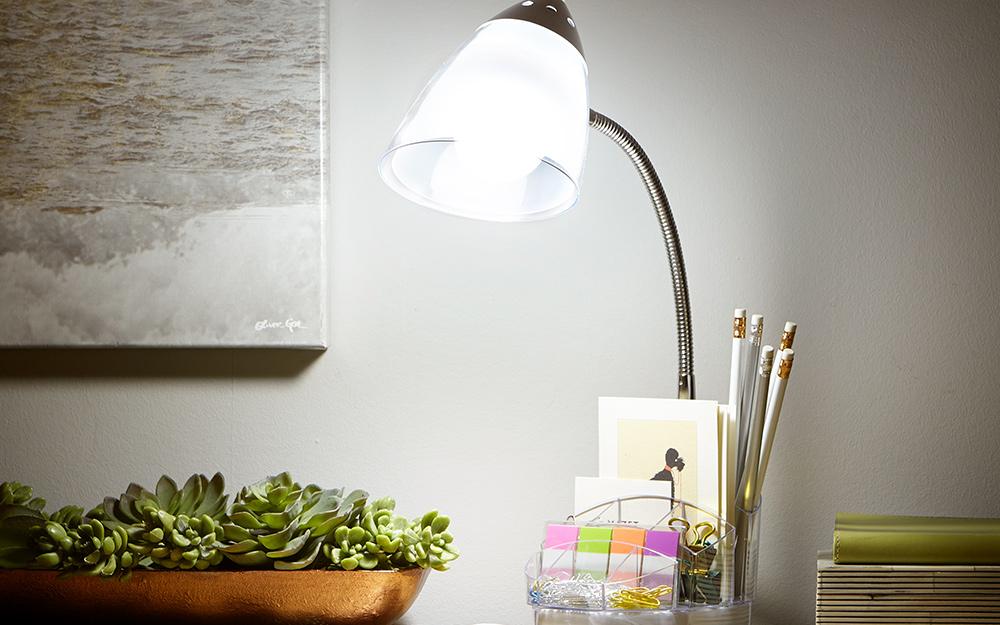 Đèn bàn trên bàn làm việc trong tủ văn phòng.