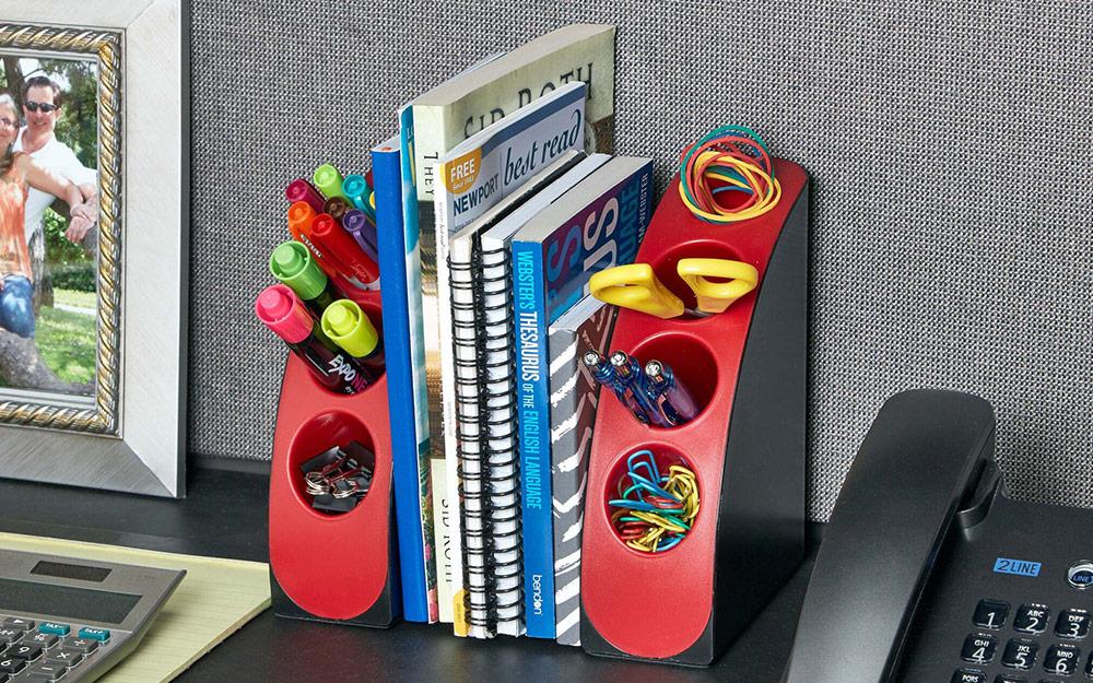 Một cặp dây buộc nhiều màu sắc để đựng kéo, bút và các vật dụng trên bàn khác trong tủ văn phòng.