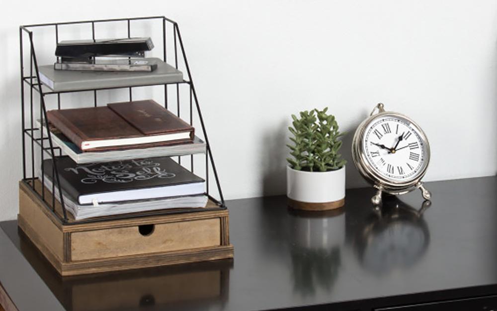 Khay bàn nhiều tầng chứa giấy tờ và hồ sơ trên máy tính để bàn.