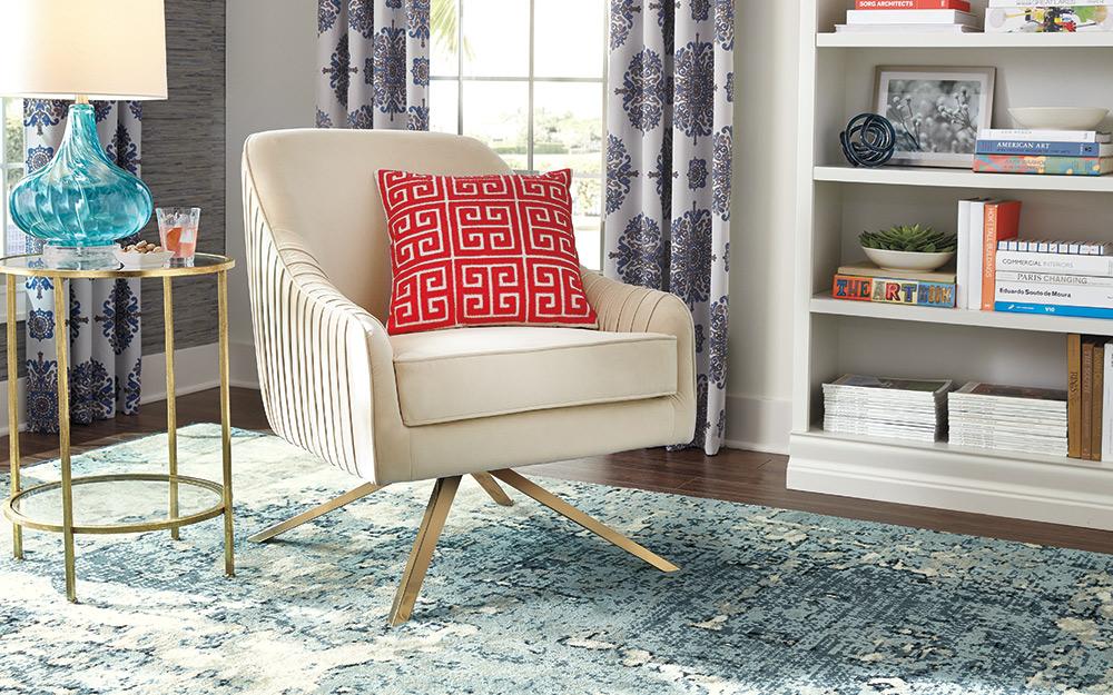 một tấm thảm màu xanh và trắng nằm dưới ghế