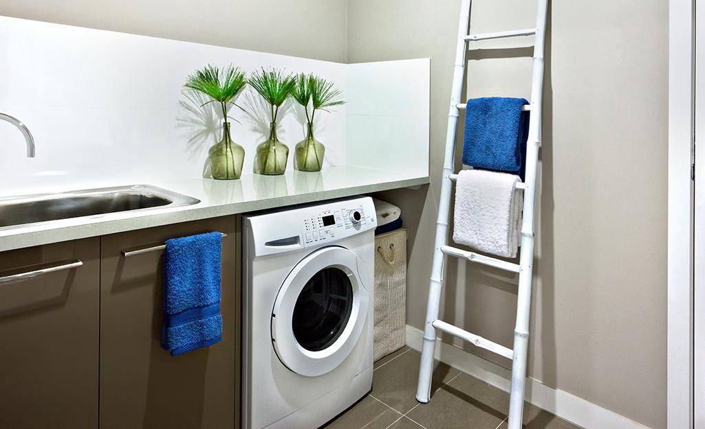 Thang màu trắng trong phòng giặt quần áo ướt.
