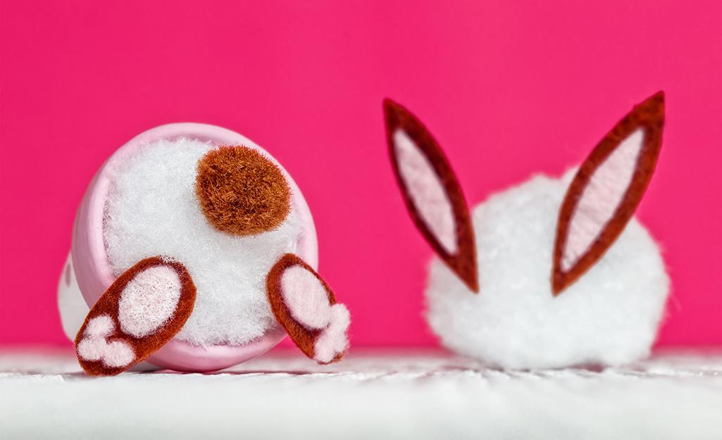 Một chiếc nồi đất đựng một chiếc đuôi thỏ làm bằng quả pơmu.