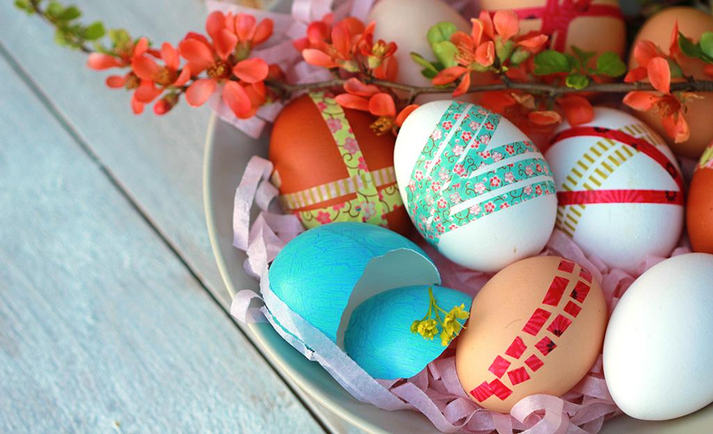 Trứng trong giỏ Phục sinh được trang trí bằng băng washi.