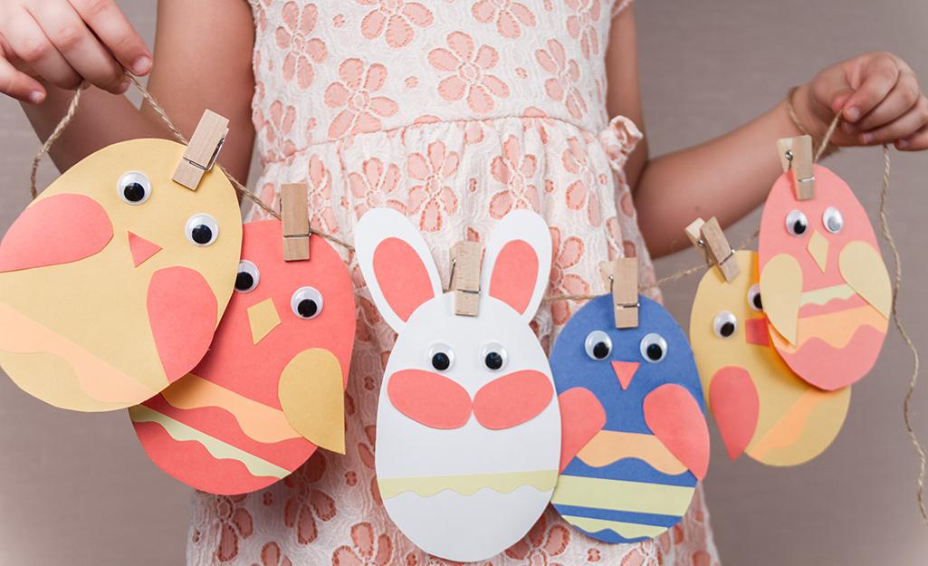 Vòng hoa phục sinh chú thỏ được làm thủ công từ giấy, sợi xe và ghim quần áo.