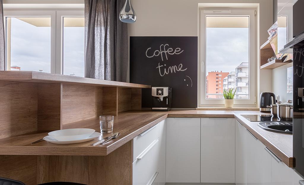Bàn phấn sơn tường trong phòng bếp với tủ gỗ tự nhiên.