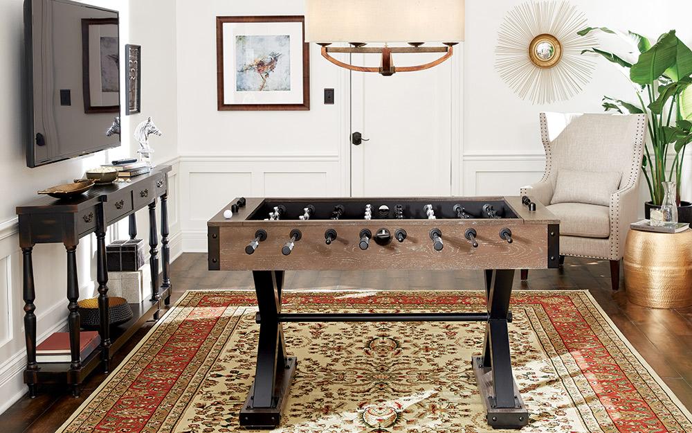 Một bàn bi lắc nằm ở trung tâm của phòng trò chơi theo phong cách hiện đại.
