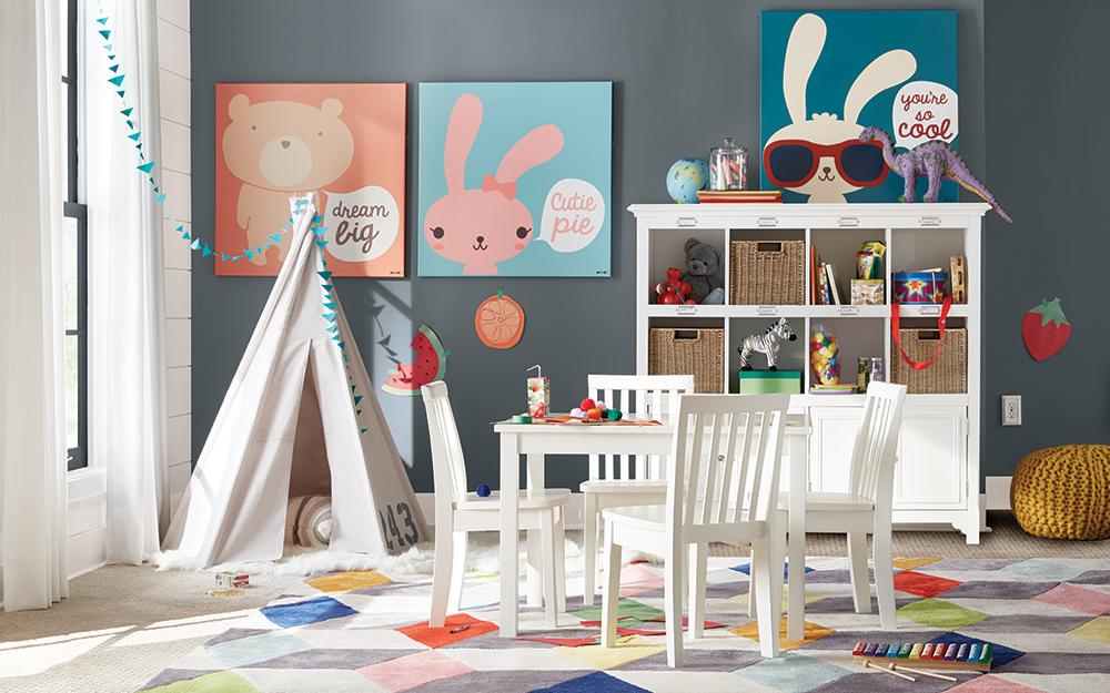 Góc dành cho trẻ em, hoàn chỉnh với lều và bàn nghệ thuật và thủ công, nằm trong góc phòng trò chơi.