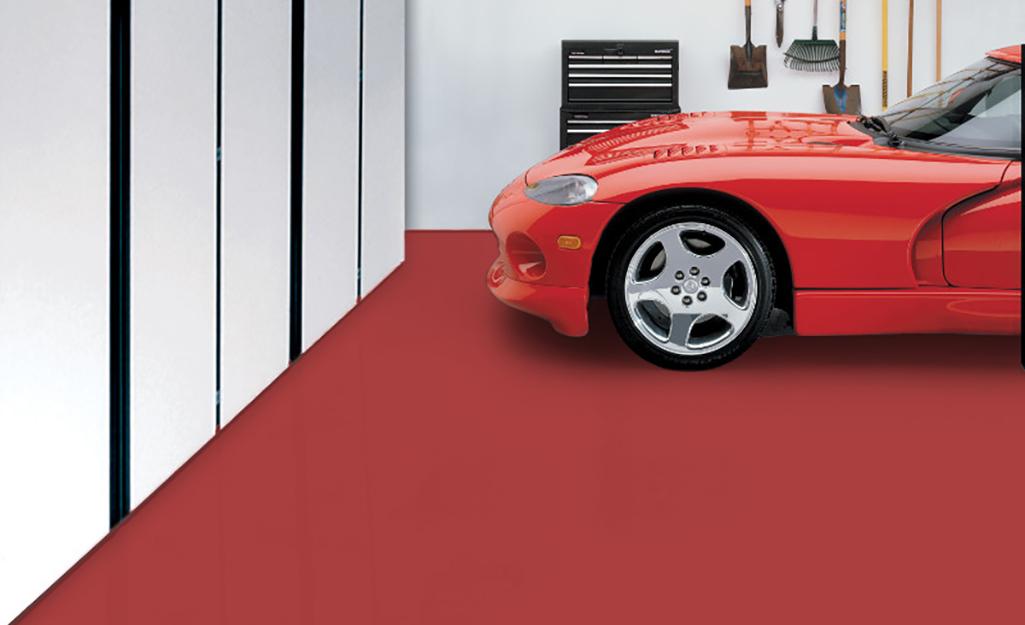 Một bãi đậu xe trên sàn nhà để xe sơn màu đỏ.
