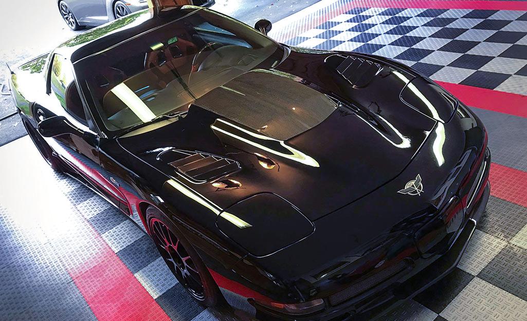 Gạch đan xen trên sàn nhà để xe bao gồm các màu sáng cũng như đen và xám.