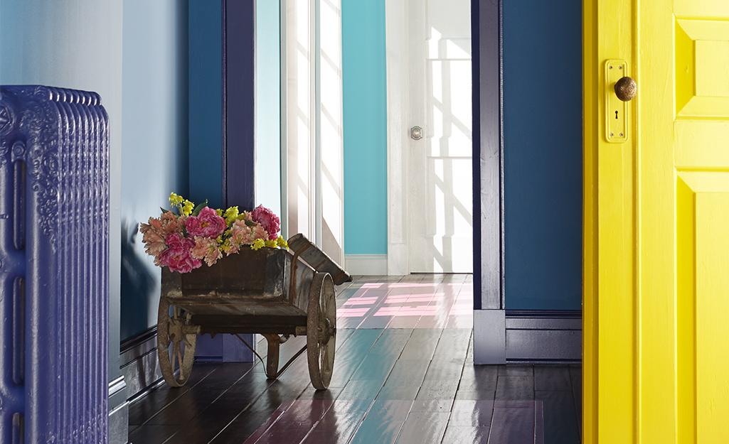 Một hành lang với màu sắc đậm được sơn trên tường.