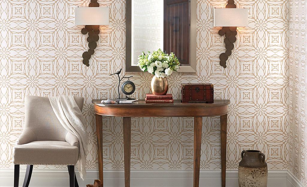 Một hành lang với giấy dán tường trên tường.