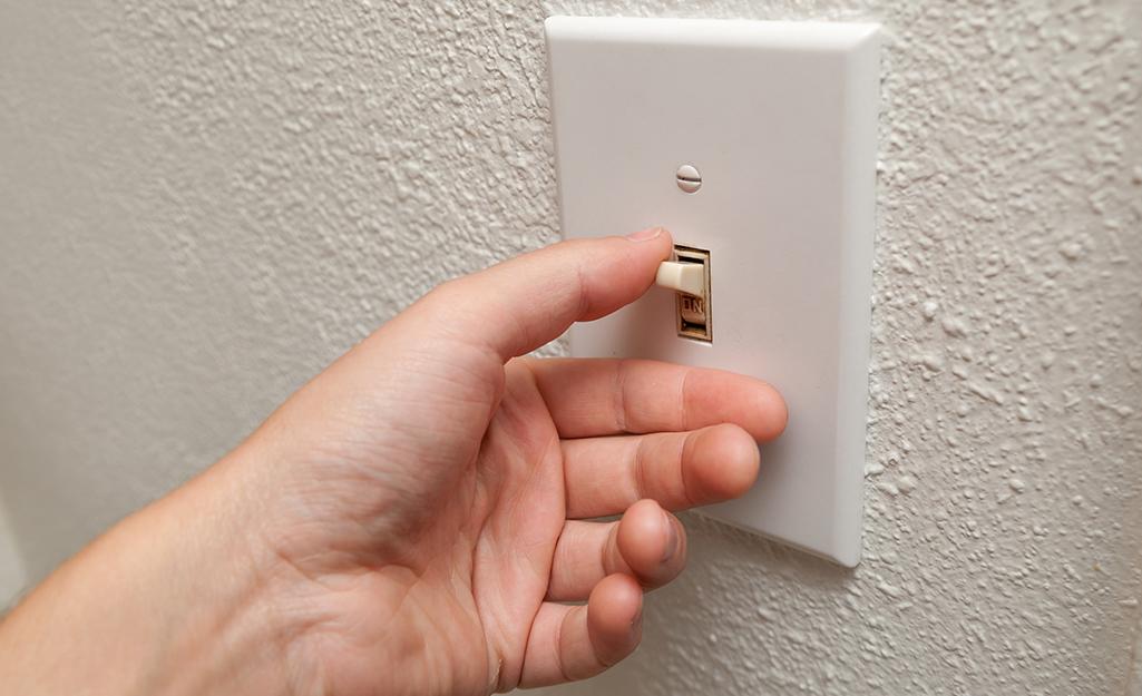 Ai đó đang tắt công tắc đèn.