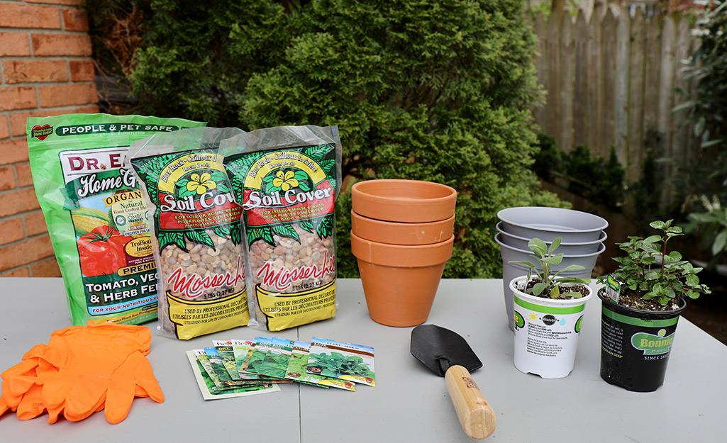 Vật liệu trồng cây sắp xếp trên bàn.