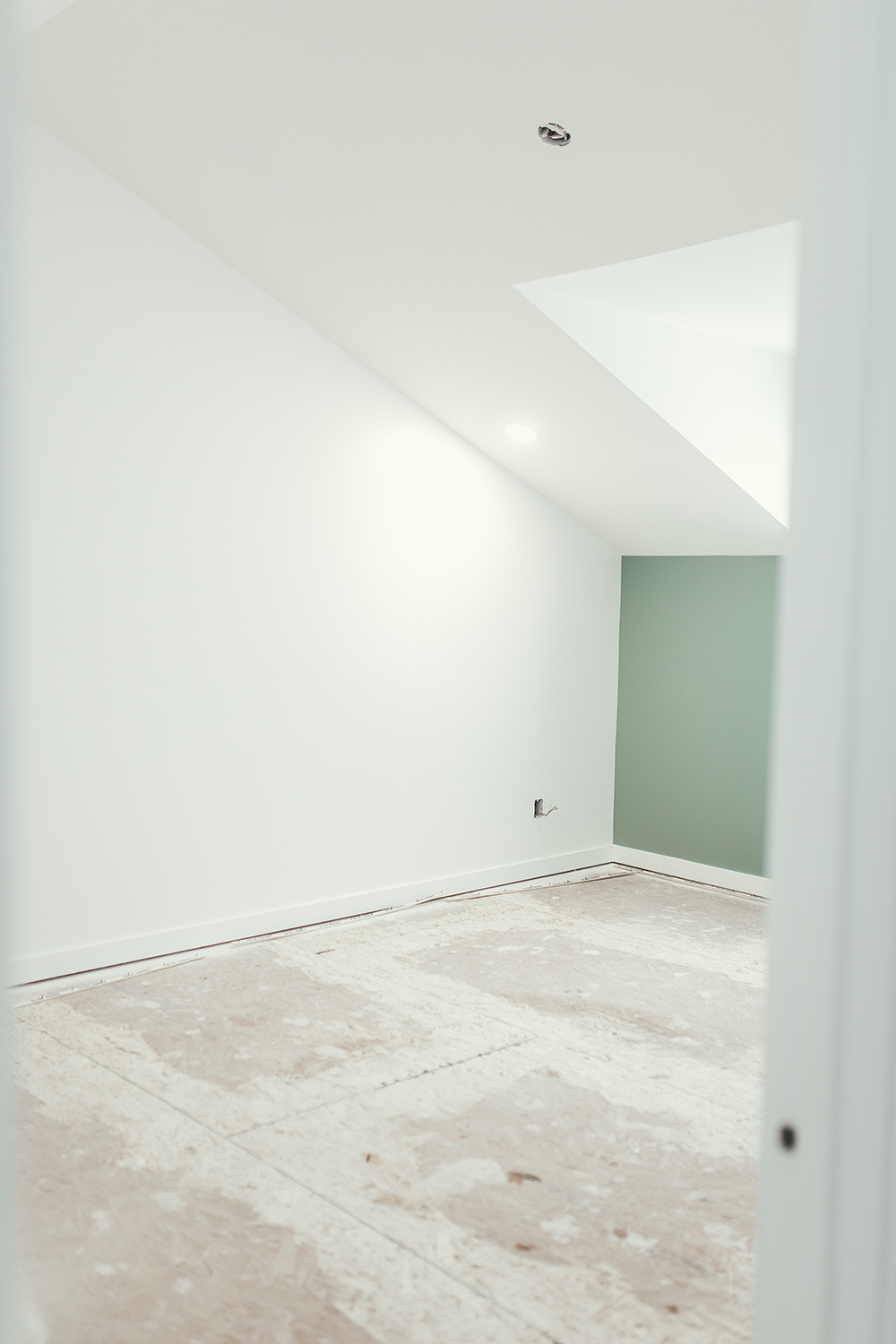 An empty room with no carpet