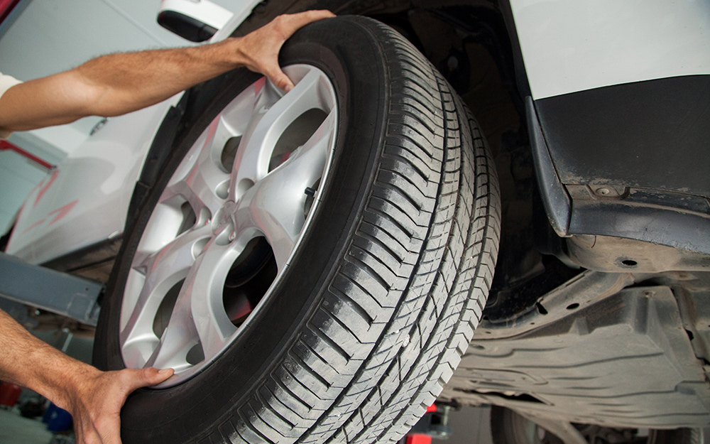 Một người tháo lốp xe ô tô