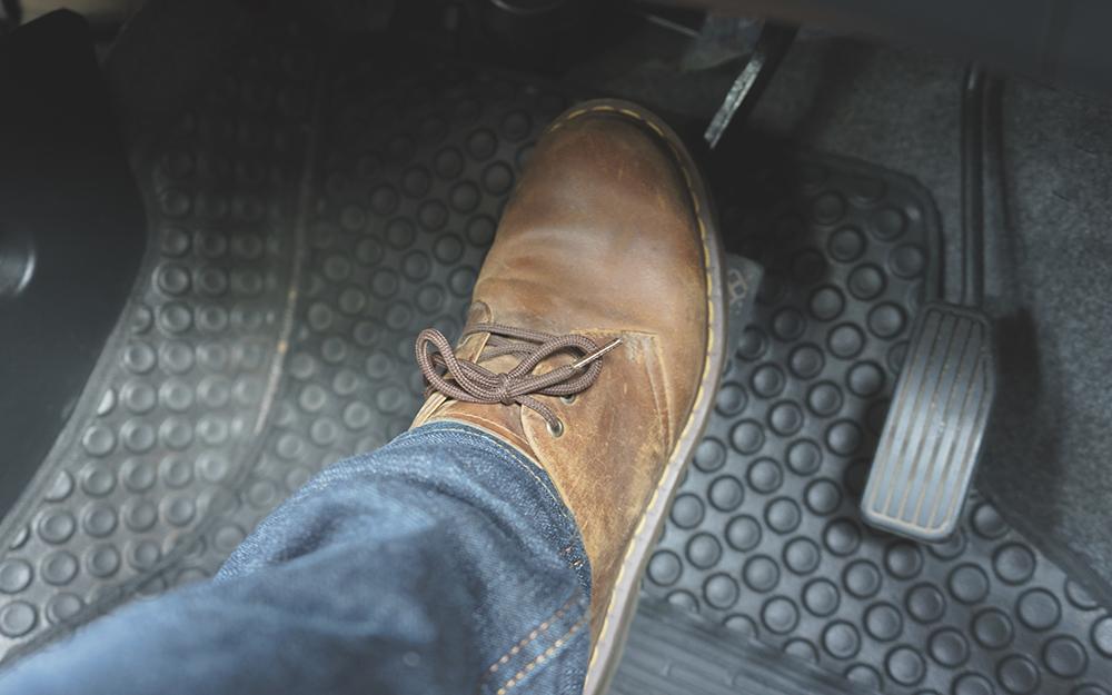 Chân nhấn phanh xe