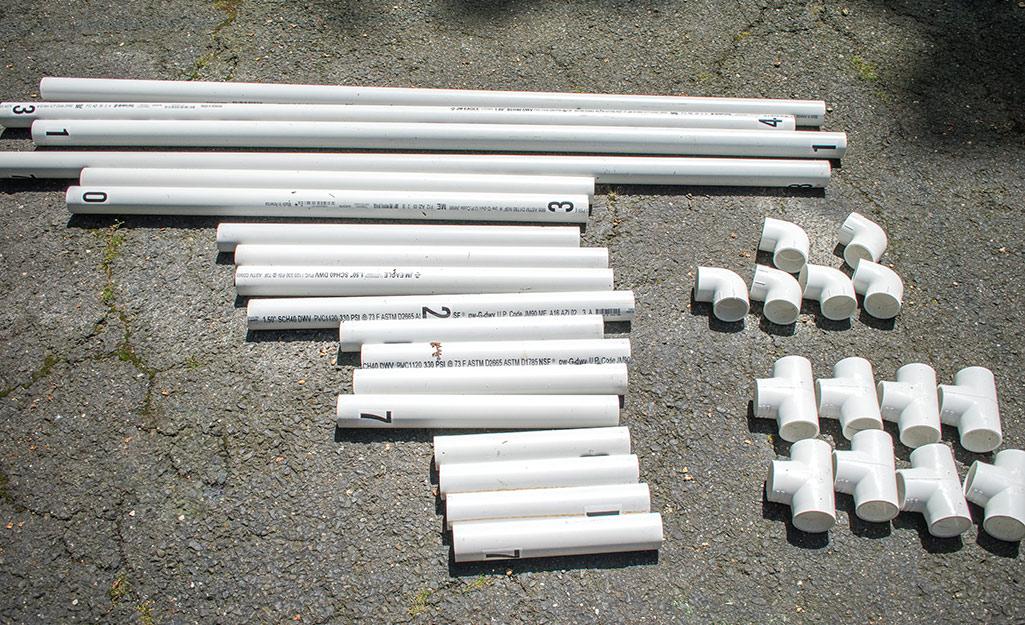 Một tập hợp các mảnh ống PVC được bố trí trên mặt đất.
