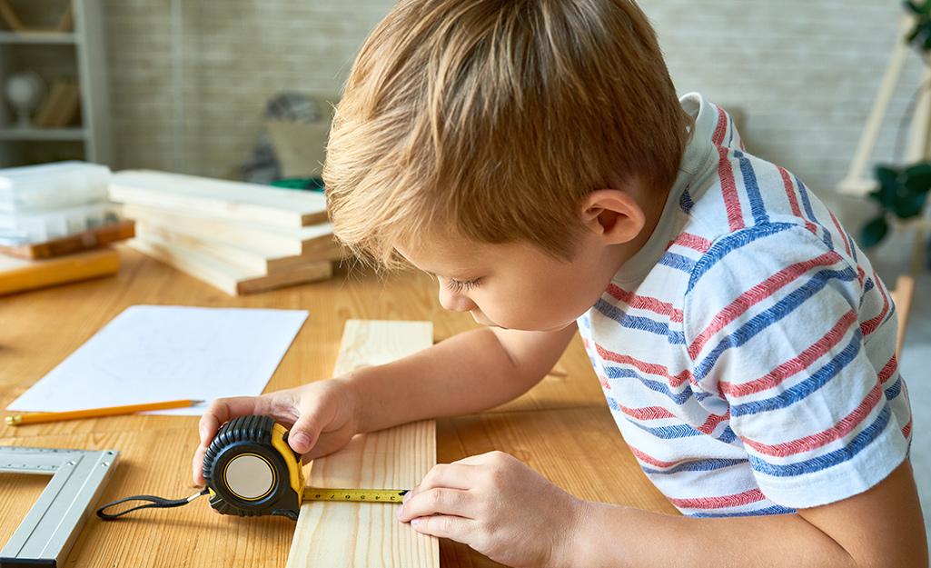 Một đứa trẻ đo bảng.