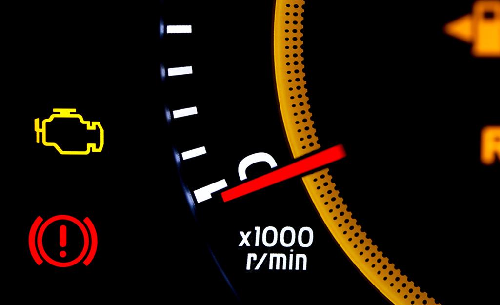 Bảng điều khiển của một chiếc ô tô hiển thị đèn kiểm tra động cơ