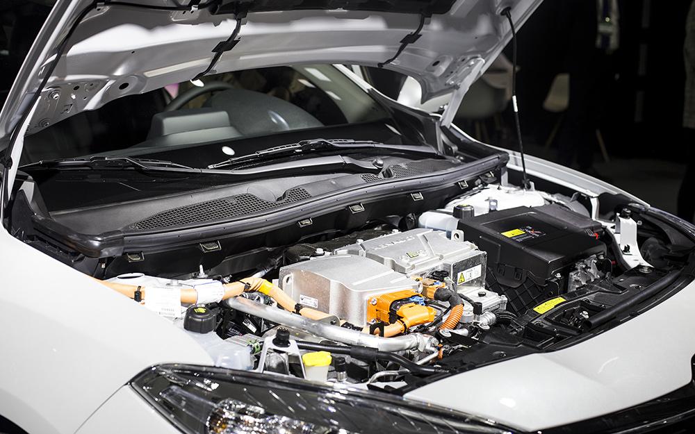 một chiếc ô tô mở mui trước cho thấy pin ô tô