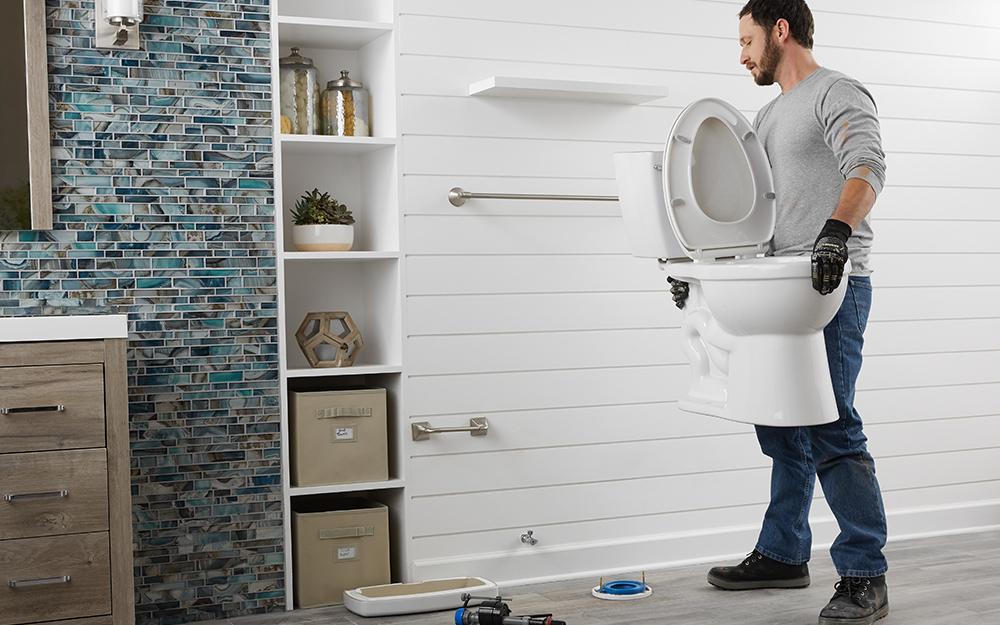 Một nhà vệ sinh được lắp đặt trong phòng tắm.