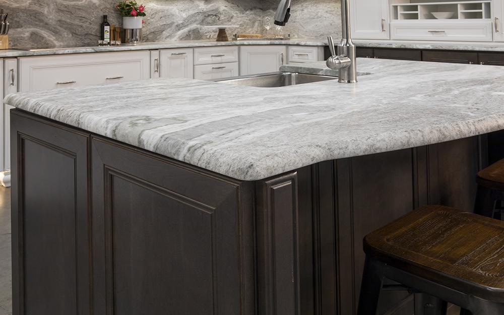 Nhà bếp có mặt bàn bằng đá cẩm thạch mới được lắp đặt.