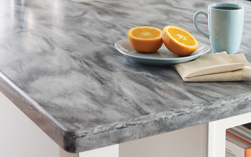 Nhà bếp có mặt bàn bằng bề mặt rắn mới được lắp đặt.