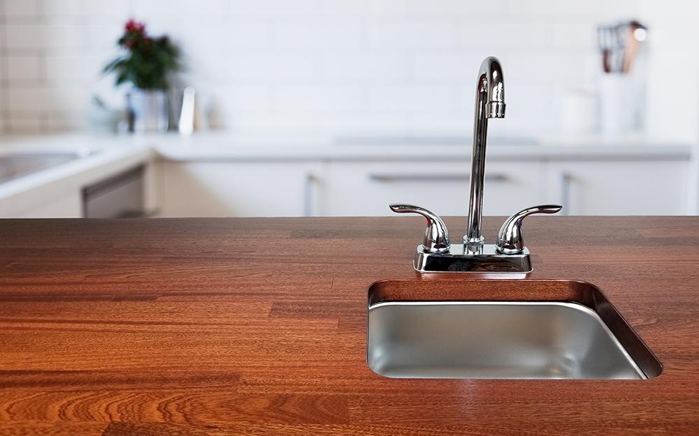 Nhà bếp có mặt bàn gỗ mới lắp đặt.