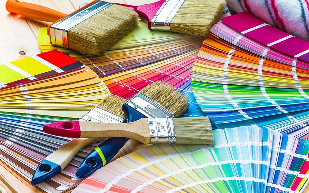 Các chổi sơn khác nhau hiển thị với các vụn sơn nhiều màu sắc.