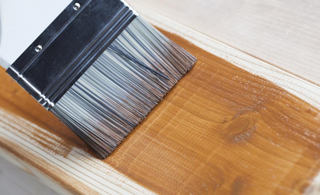 Ai đó nhuộm boong bằng một chiếc bàn chải cắt hình vuông.