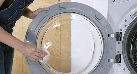 Wiping the door and gasket of washing machine