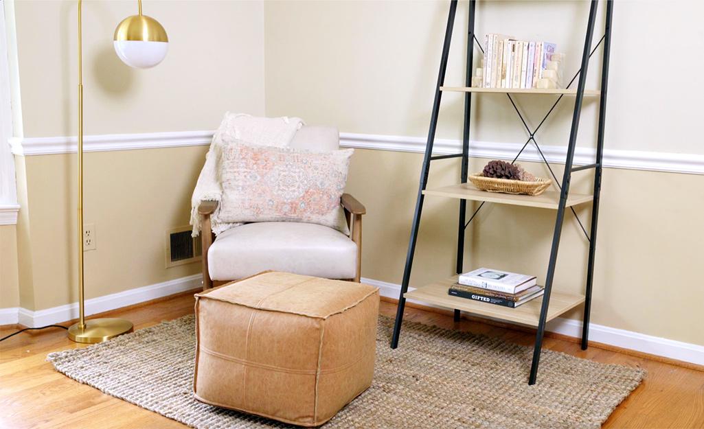 Một góc được làm mới với chỗ ngồi, ánh sáng và các tiện ích bổ sung ấm cúng khác.