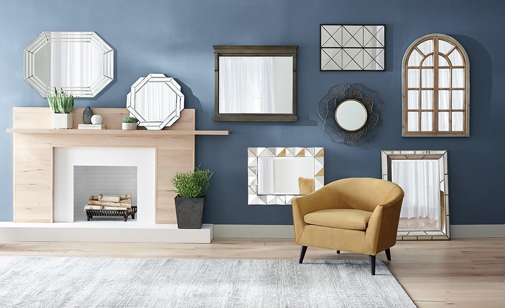 Nhiều loại gương với hình dạng và kích thước khác nhau trang trí tường phòng trưng bày.