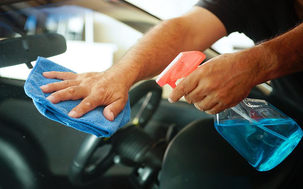 Một người rửa cửa kính ô tô bằng giẻ lau kính.
