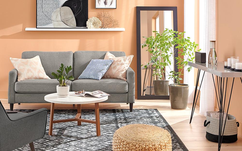 Một chiếc ghế sofa nhỏ đặt trong phòng khách phong cách hiện đại.