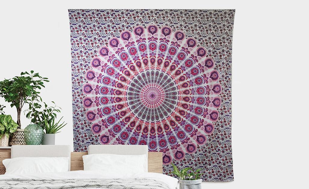 Một tấm thảm treo trên tường.