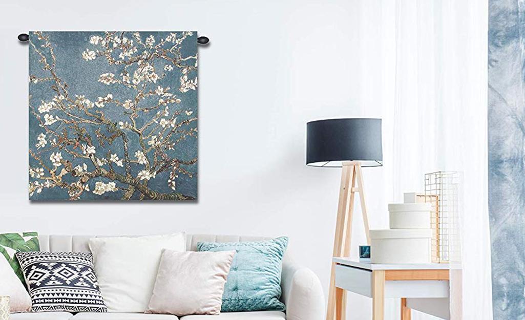 Một tấm thảm treo trên tường bằng thanh treo rèm.